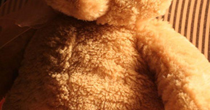 Cómo quitar el olor a humedad de los animales de peluche. Cuando los animales de peluche se guardan en entornos cálidos y húmedos, pueden desarrollar olor a humedad. Este a menudo es el resultado del moho, pero también puede deberse al polvo. Debes tratar el olor a humedad para eliminar cualquier cosa nociva que puede irritar la piel o provocar alergias. Tratar y limpiar los animales de peluche en forma ...