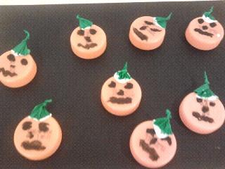 mini zucche di halloween fatte con i tappi arancioni, ideale per incollare su un disegno pauroso o per creare file mostruose di zucche...