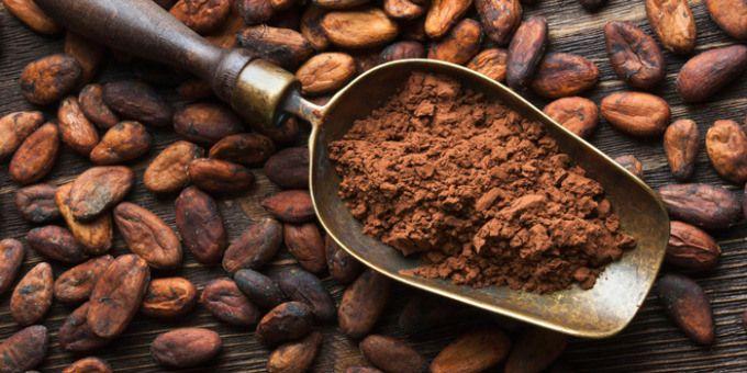 Los granos de cacao crudo son la fuente más concentrada de antioxidantes que existe. También contienen una gran cantidad de magnesio el cual es comúnmente deficiente en las dietas comunes. Para aquellos preocupados de no comer suficiente hierro les dará gusto saber que los granos de cacao crudo contienen 21% de la dosis recomendada de hierro. Los granos de cacao tienen 14 veces mas flavonoides (antioxidantes) que el vino tinto y 21 veces más que el té verde.