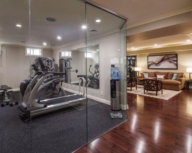 Heim Fitnessstudio Glaswand Teppichboden Geraete