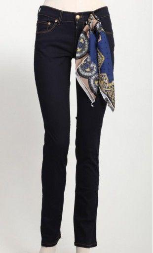 Abbigliamento Ragazza giovanile e sexy Jeans  grintoso e chic allo stesso tempo. Linea dritta stretta ed elasticizzata Vita alta Lavaggio blu scuro Foulard applicato ad un passante, indossabile a piacere   COMPOSIZIONE: JEANS: 98% COTONE, 2% ELASTANE. FOULARDE: 100% POLIESTERE.