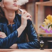 Sigara bağımlılığı diğer bağımlılıklara göre farklıdır ve siz bu bağımlılığı aşamıyor yada azaltmak istiyorsanız farklı bir yöntem arıyorsanız elektronik sigara ürünleri tam size göre demektir. Elektronik sigaralar içerisinde bulundurduğu sadece doğal tütün özelliğiyle ile normal sigara içiyormuşsunuz gibi hissayat uyandırarak sizi birçok kötü durumlardan korumuş oluyor.