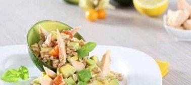 Insalata sì, ma gustosissima! Questa è con farro, salmone e avocado!    #salade #insalata #ricetta #recipe #avocato #farro #salmone #salmon