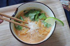 soupe-thai-vegetarienne ♡ Ingrédients (pour 3-4 personnes) 2 càs d'huile d'olive 1 petit morceau de gingembre râpé 1/2 oignon jaune 1 càs de pâte de curry rouge (marque Maesri ou équivalents) 1 cube de bouillon de légumes 1 brique de crème de coco (marque Kara ou équivalents, de qualité) 250 mL d'eau 125g de vermicelles de riz sèches 2 citrons verts Un petit bouquet de coriandre fraîche 1 branche de citronnelle hâchée Sel, poivre