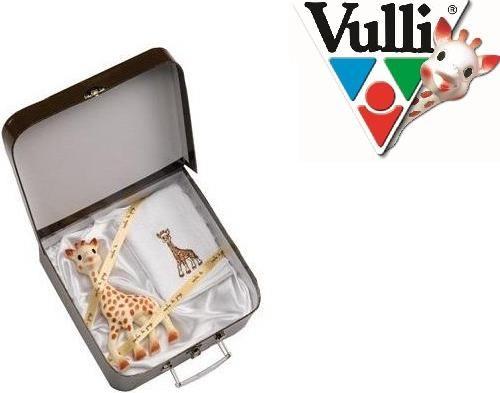 Zestaw Żyrafa Sophie w eleganckiej walizeczce So Pure - Zestaw Żyrafy Sophie w eleganckiej walizeczce z bawełnianym ręcznikiem. Później walizeczki można używać do gromadzenia pamiątek lub przenoszenia dziecięcych rzeczy. Wspaniała propozycja na prezent!