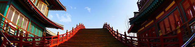 """En otra ocasión, cuando el hijo del emperador Xuanzong Li Heng el príncipe heredero estaba en audiencia, se negó a inclinarse ante Li Heng, diciendo: """"Yo soy un bárbaro, y no entiendo la ceremonia formal. ¿exactamente?""""  El emperador Xuanzong respondió: """"Él es el emperador de la reserva, después de mi muerte, será tu emperador"""".  Se disculpó diciendo: """"Soy un tonto, sólo sabía de Su Majestad Imperial, y no que haya un emperador de reserva"""".  Pero él prontamente hizo una reverencia por traje…"""