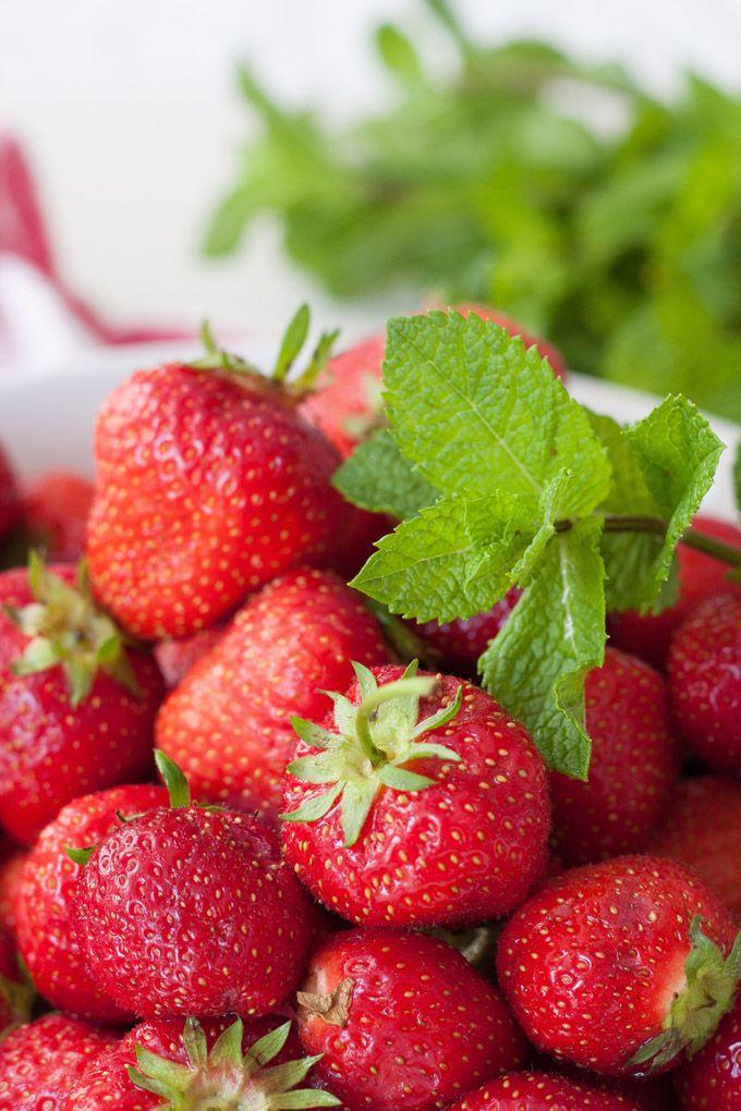 Erdbeeren für die schnelle Erdbeermarmelade mit Minze - kochkarussell.com