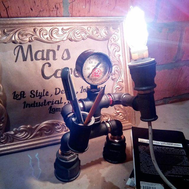 Настольная лампа из водопроводных труб с подставкой для ручек и карандашей. Патрон Е14. 3500р. Ретро лампа эдиссона или led +400р #лампа #лофт #настольнаялампа #стимпанк #подарок #мужику #ручнаяработа #освещение #интерьер #дизайн #авто #мото #спорт #скидки