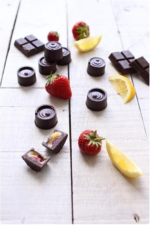 Chocolats fourrés au lemon curd et dés de fraises