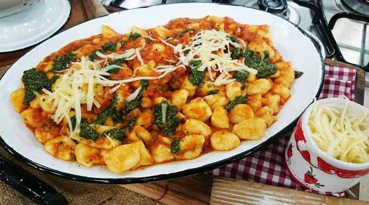 Ñoquis de papa y queso con salsa de tomate y pesto