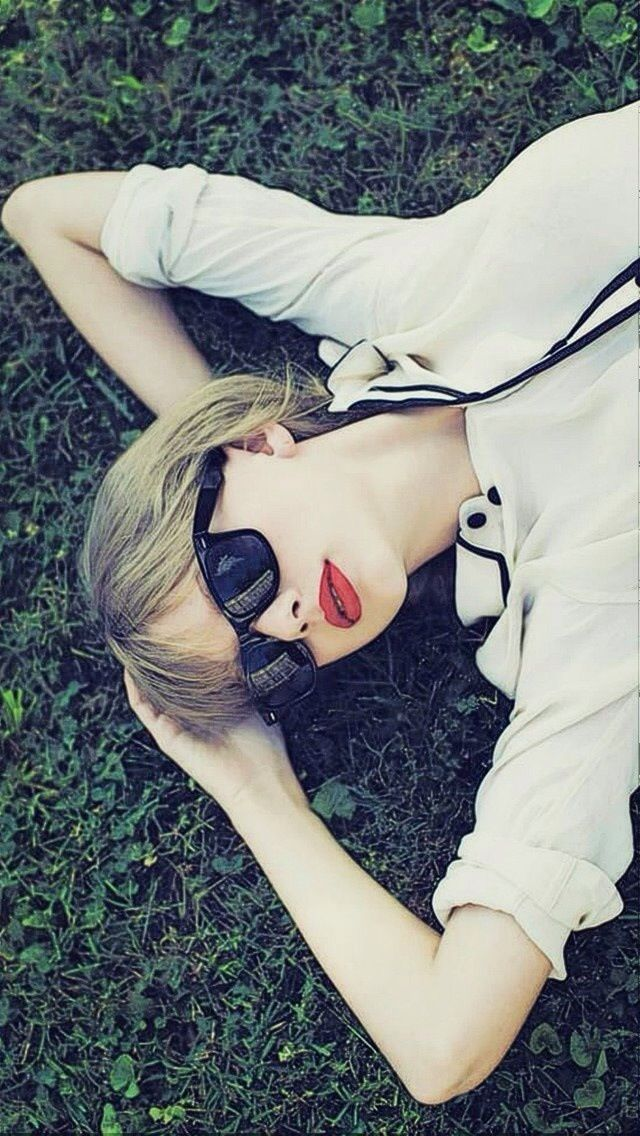 Taylor Swift With Sunglasses iPhone 6 / 6 Plus and iPhone 5/4 Wallpapers