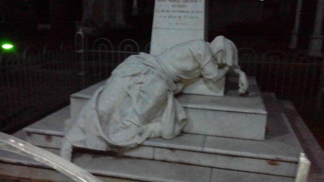 Una madre desconsolada por la muerte de su hijo, en el suelo se lamenta por ser él antes que ella. KJHP!
