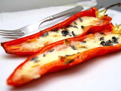 Gevulde zoete paprika is kan zowel in de oven of op barbecue bereidt worden. De baktijd is voor beide gelijk. De rode zoete paprika of punt paprika kan je tegenwoordig in elke supermarkt kopen en smaakt zoals de naam al zegt heerlijk zoet.