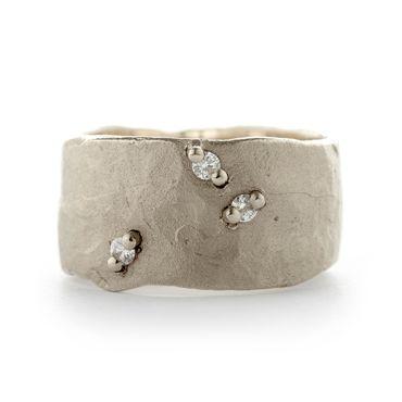 Wide hammered ring in white gold | Wim Meeussen Goldsmith Antwerp