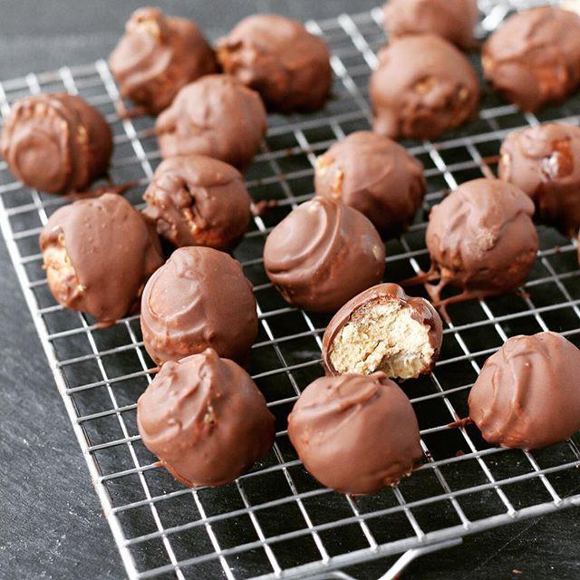 Na, wer möchte leckere Erdnuss-Pralinen? Das Rezept für diese süße Leckerei findet ihr jetzt im Blog… Sie schmecken übrigens nicht nur zur Weihnachtszeit!  #erdnussbutter #peanutbutter #peanut #erdnüsse #pralinen #chocolate #schokolade #foodporn #yummi #rezept #rezepte #recipe #foodblog #foodblogger #foodblog_de #foodblogger_de #instafood #foodpic  #kochblog #foodstagram #tasty #foodlove #foodphotography #food #kochen #backen #new
