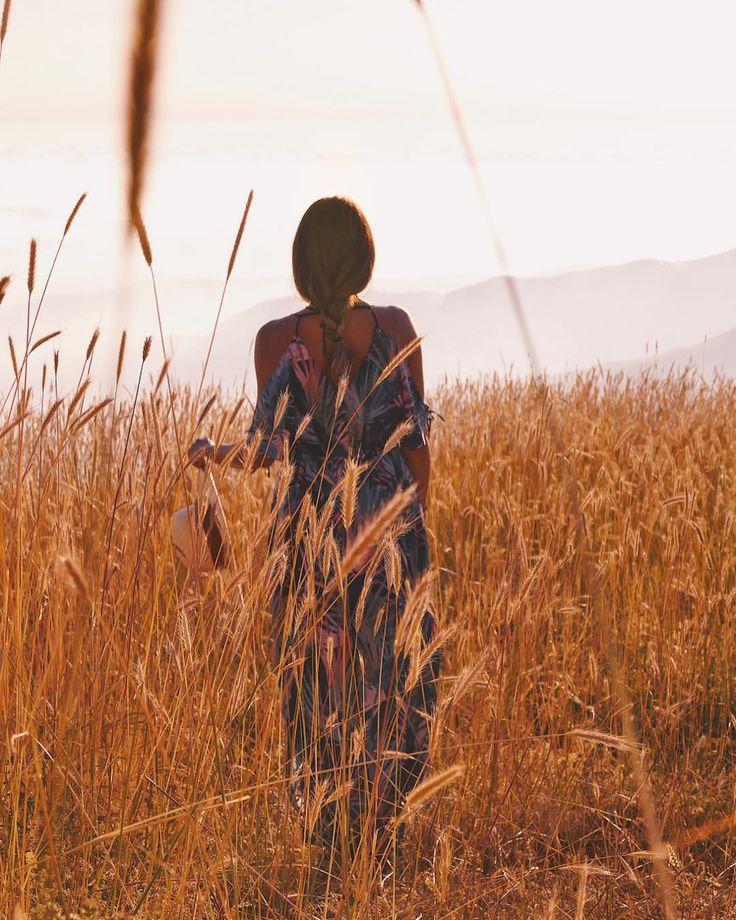 Девушки в поле фото со спины
