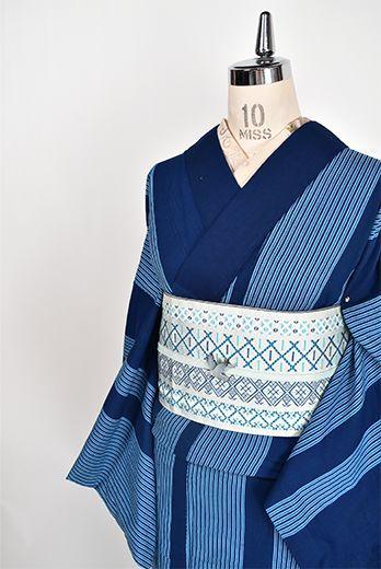藍の濃淡涼やかに染め出されたリズミカルな縞文様が小粋な注染レトロ浴衣です。