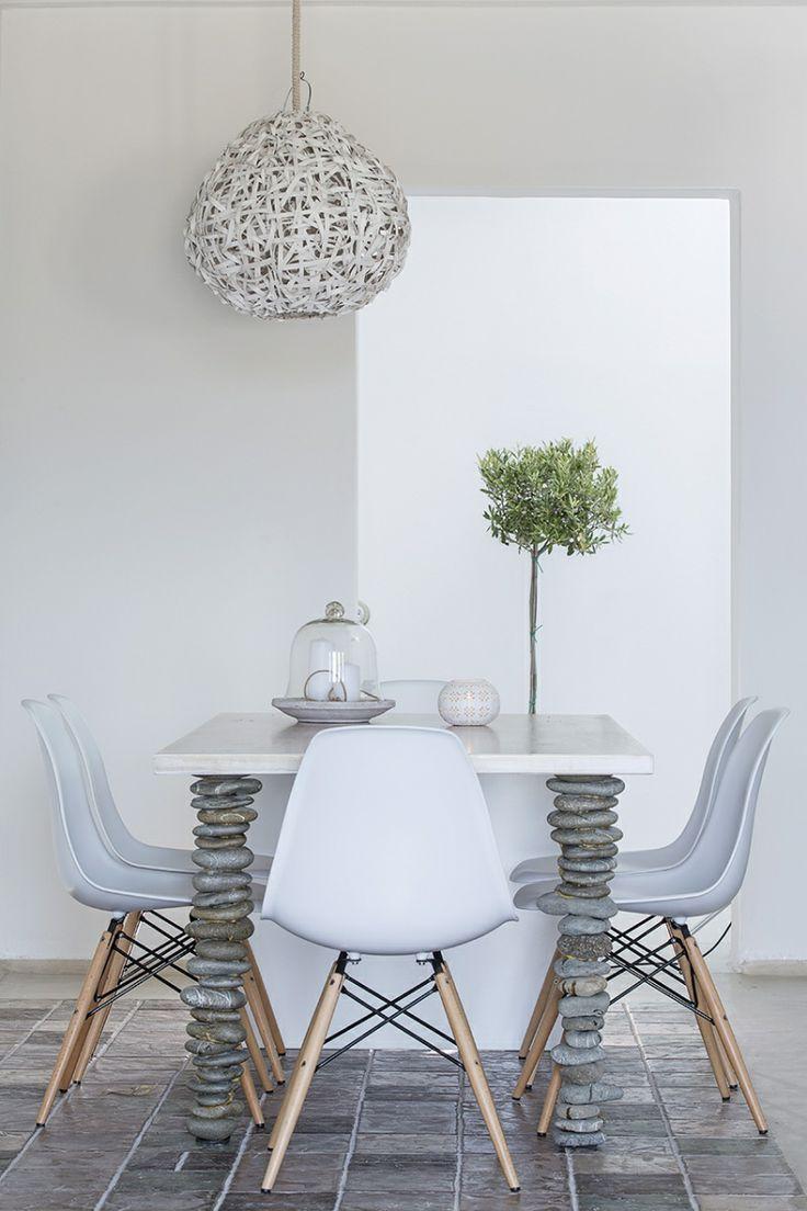 De tafelpoten van stenen maken deze eettafel erg bijzonder. Modern met natuurlijke materialen.