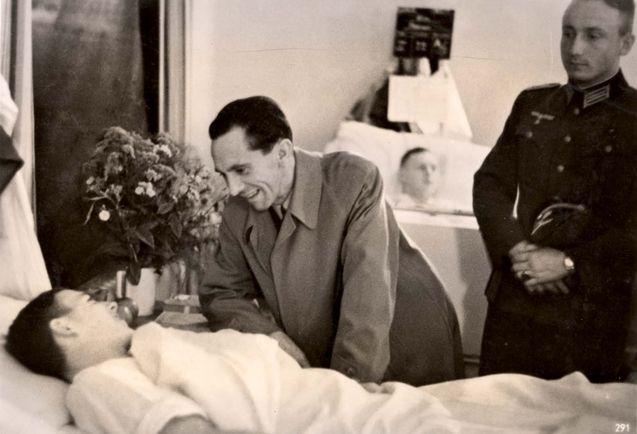 Dr. Goebbels visits wounded in krankenhaus.