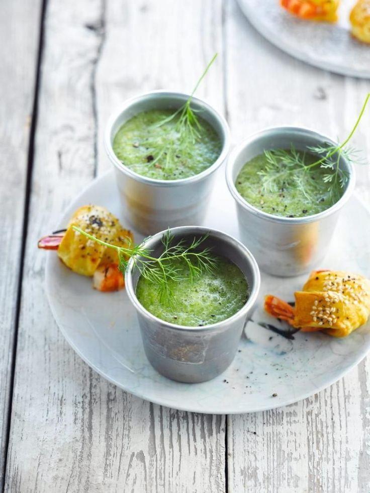 Komkommersoep :Snij het groen af en de harde kern uit de venkel. Snijd in grote stukken en blancheer in gezouten water.Was de komkommer en paprika. Schil de paprika. Snij de komkommer, paprika en pepertje in kleine brunoise.Mix de groenten met de warme bouillon en grof gesneden kruiden tot een fijne soep. Voeg nog watbouillon toe indien de soep te dik is.werk af:Breng op smaak met citroensap, peper en kruidenzout.