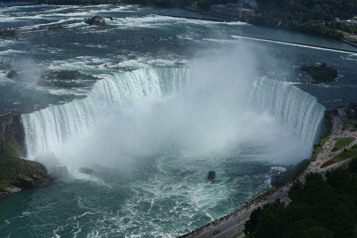 Cascate del Niagara, Canada . Situate nel nord-est dell'America, tra gli Usa e il Canada, sono per la loro vastità tra i più famosi salti d'acqua del mondo