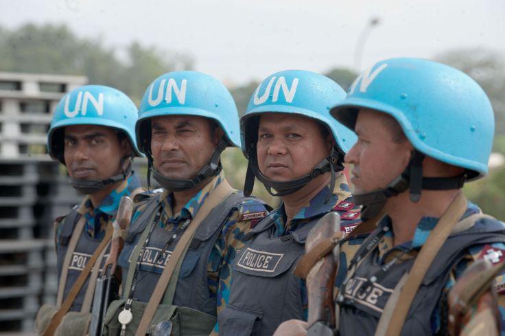 Decoration de l'armee Bangladesh par la representante speciale du Scretaire general de l'onuci.