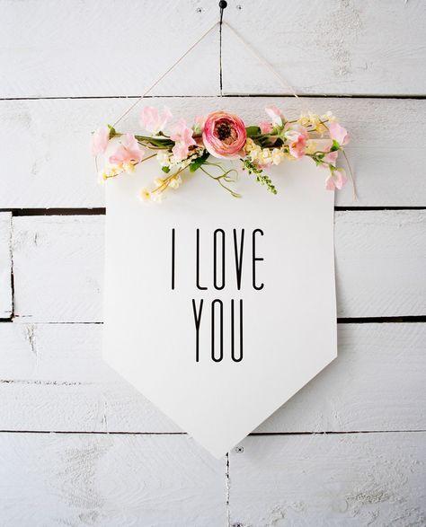 Perfekte DIY-Deko für eine Hochzeit. Feste weiße Pappe, Edding-Stift, Blumendraht und Blumen besorgen!