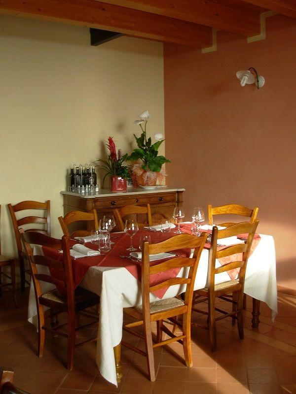 Apparecchiando i tavoli ad Agriturismo Colle San Felice. Verona, Italy