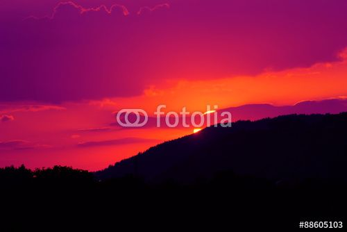 Tramonto viola - il sole che sta tramontando dietro una montagna #microstock #marketing #webdesign #design #SEO #csstemplates #css #HTML5 #Websites #web2015 #web #websitetemplates