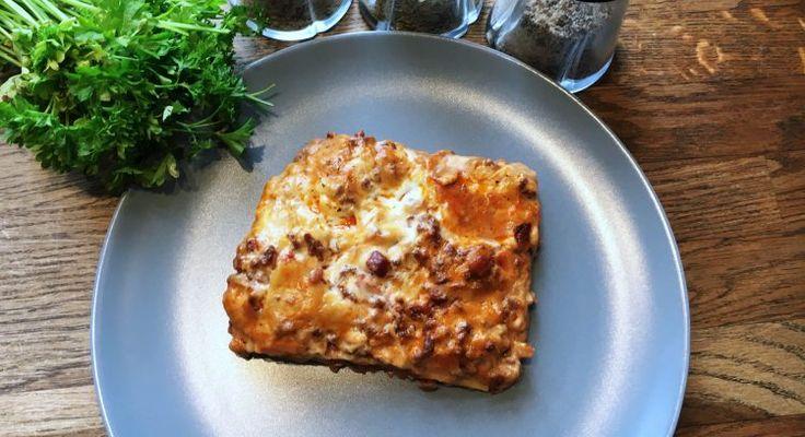 Den bedste lasagne opskrift får du her. Klassisk italiensk lasagne fyldt med smag, gode råvarer og selvfølgelig hjemmelavede pastaplader.