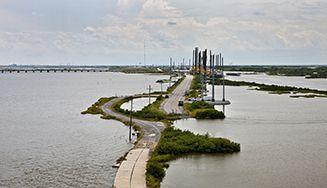 Portraits d'un monde ébranlé par le changement climatique. La Réunion.  En grande précarité et loin de tout, le territoire ultramarin veut tirer parti de ses ressources naturelles pour gagner son indépendance énergétique.  image: http://s1.lemde.fr/mmpub/edt/zip/20151207/115007/assets/images/content/bg4.jpg Nouvelle Orléans  Dix ans après le passage de l'ouragan Katrina, qui avait fait plus de 1800 morts, la plus grande ville de Louisiane s'est reconstruite. Mais l'é