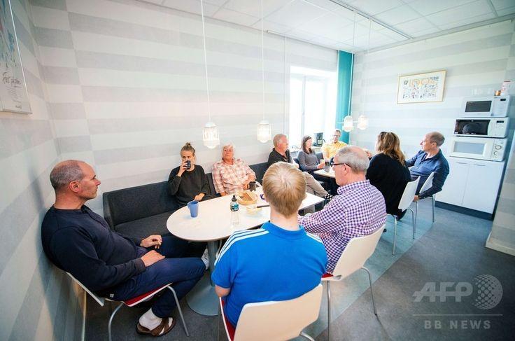 スウェーデンの首都ストックホルム(Stockholm)にあるスウェーデン・ハンドボール協会で同国伝統のコーヒータイム「フィーカ(Fika)」を楽しむ職員(2015年5月27日撮影)。(c)AFP/JONATHAN NACKSTRAND ▼22Jun2015AFP|スウェーデン式コーヒータイム「フィーカ」とは http://www.afpbb.com/articles/-/3052437 #Fika