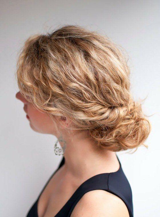 idée de coiffure femme avec un chignon décontacté option pour les cheveux bouclés