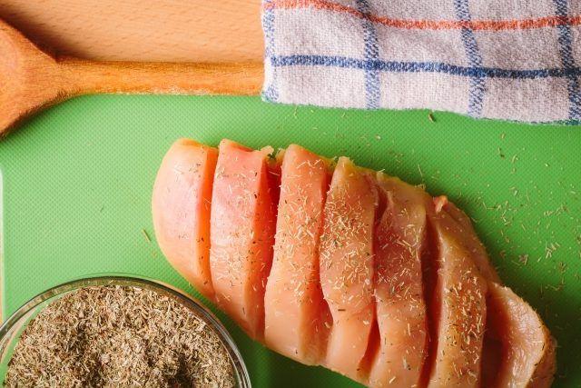 7月13日の得する人損する人で放送されたウル得マンによる「鶏ムネ肉&ササミ」を使ったスピードレシピ「ささみチーズめんたい・ピカタ・チキンライス・唐揚げ・和風まぜそば」の作り方をまとめてみました! パサつきがちなお肉をジューシーに仕上げる下準備に仕方や昆布茶を使った万能下味のつけかたもご紹介します!