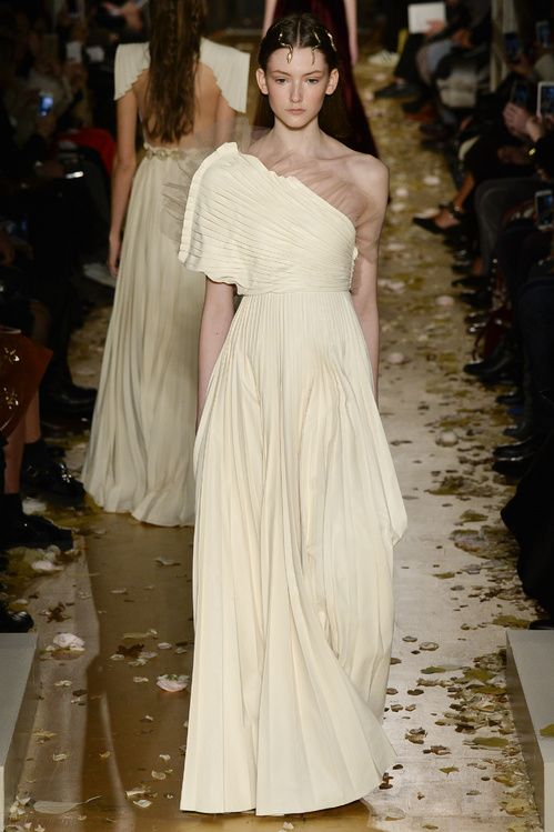 Inspiration mariage : les robes blanches du défilé Valentino http://www.vogue.fr/mariage/inspirations/diaporama/inspiration-mariage-les-robes-blanches-du-dfil-valentino/25159#inspiration-mariage-les-robes-blanches-du-dfil-valentino-9