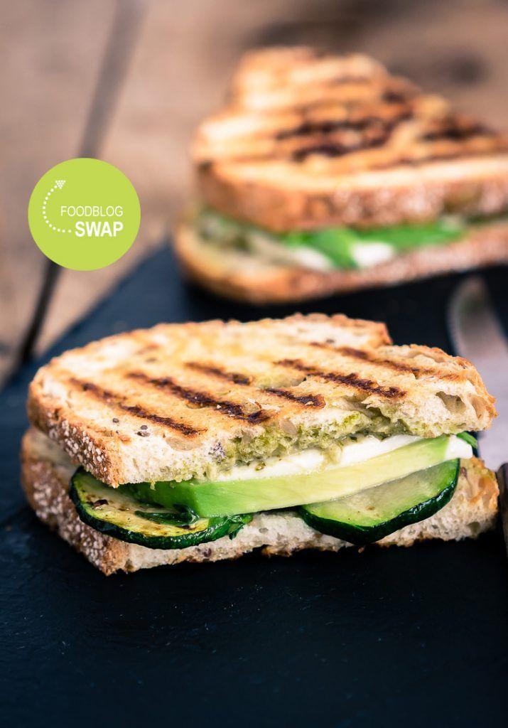 Groene toasty Avocado, mozarella, groene pesto, courgette...