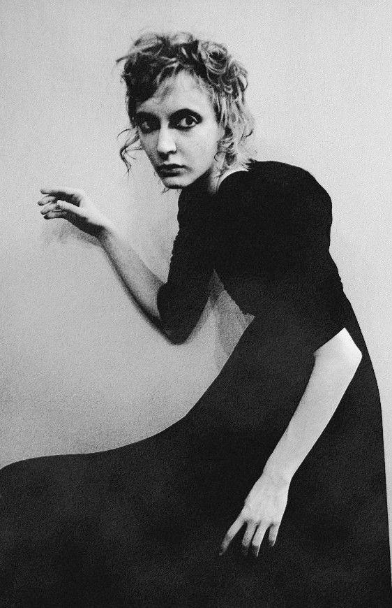 Diane Arbus. La posa della ragazza e la sua espressione, come è stato riempito il fotogramma dal vestito e dalla mano. il braccio bianco sulla gonna nera