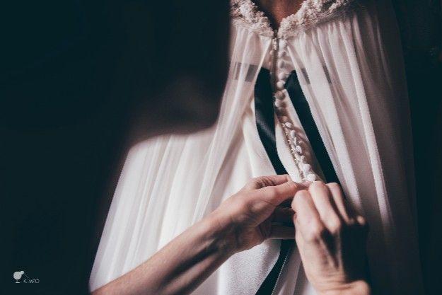 La Boda de Laura y José. El vestido más bonito del mundo nació de las manos de Isabel Nuñez. By El Balcón de Alicia Foto: Kiwo @telva  #realwedding #boda #bride #weddingdress #vestido #novia #encaje #lace #details