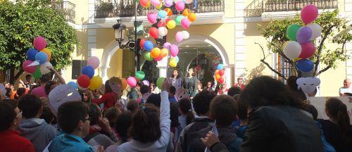 Almuñécar conmemora el Día Internacional de la Infancia con lectura de manifiesta y suelta de globos