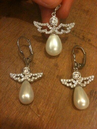 Kanatlı inciler..925 ayar gümüş, inci ve zirkon  taşlardan oluşan Melek figürlü küpe ve kolye ucu setimiz.. #kolye #necklace #gumuskupe #gümüşküpe #earrings #silverearrings #kupe #küpe #gumus #gümüş #silver #silvernecklace
