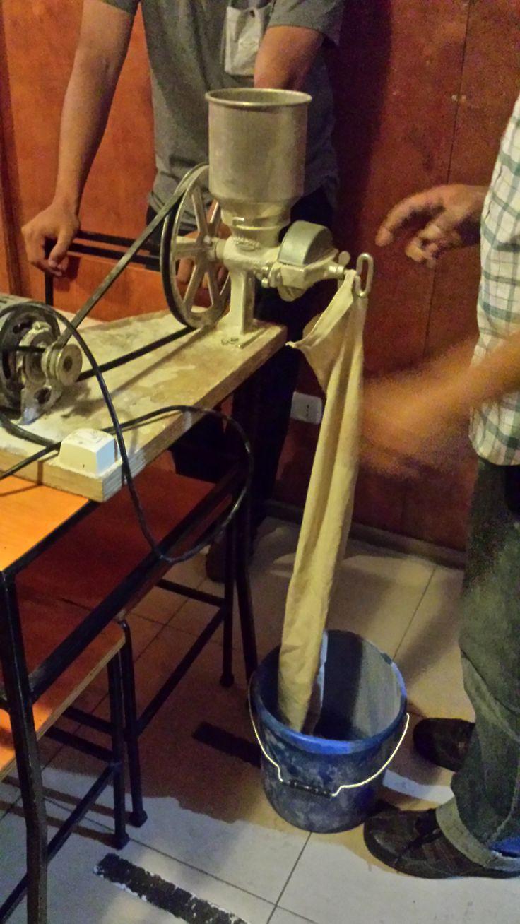 Moliendo la cebada - Curso de Cerveza Artesanal en L'Emporio della Birra.