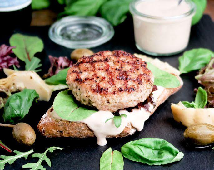 Ken je al de vitello-tonnato-burger? Deze verrukkelijke, sappige  kalfshamburger met een romige tonijnmayonaise is niet te versmaden. Serveer hem met verse basilicumblaadjes, artisjokkenharten in olie en kapperappeltjes!