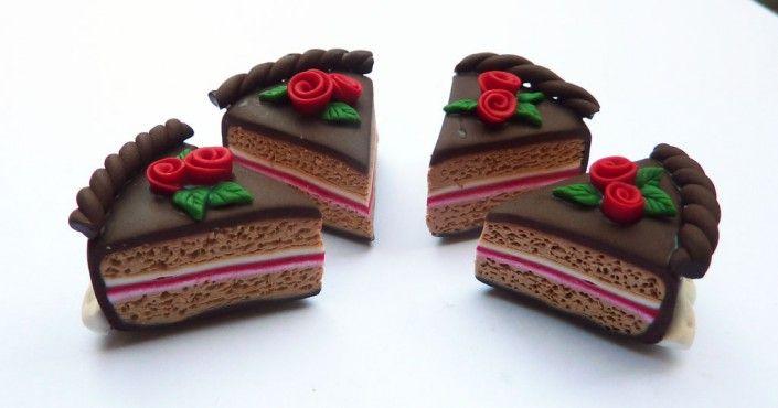 #Chocolate #cake slices magnets with red #rosesin #polymer #clay #handmade - Calamite a fetta di torta di cioccolato con roselline rosse in fimo fatto a mano