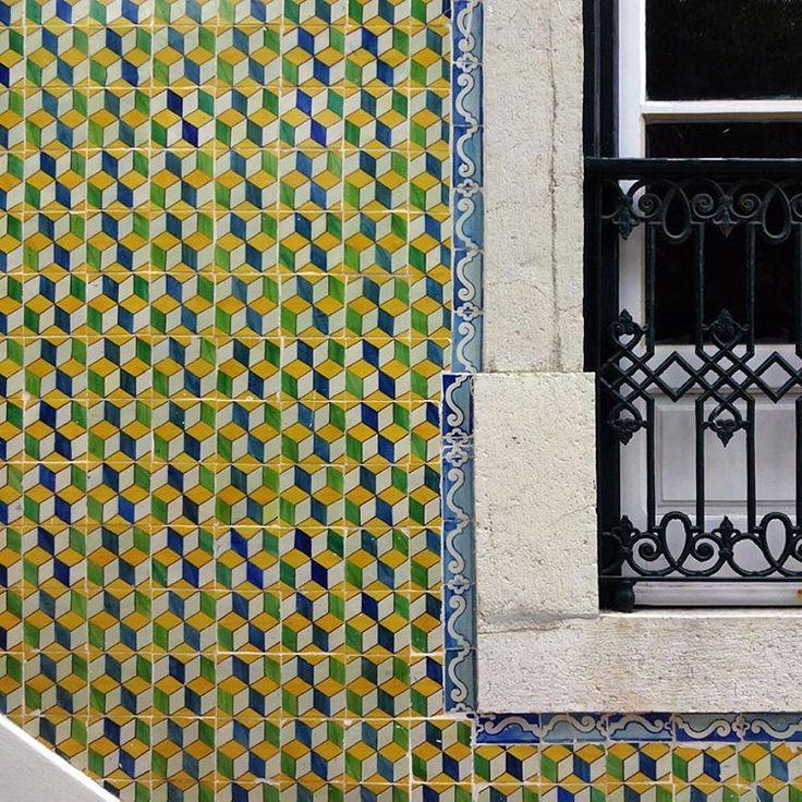 #azulejos #tiles #design #pattern #patterns #geometric #urban #art #urbanart #city #portuguesetiles #azulejospadrao #amantedelosazulejos #azulejosdelisboa #azulejosdeportugal #portugaldenorteasul #portugalalive #portugal_de_sonho #portugal_em_fotos #portugal_lovers #portugalcomefeitos #igersportugal #igers #lisboa #portugal #vintage #streetphotography #wanderlust #gerador #p3top