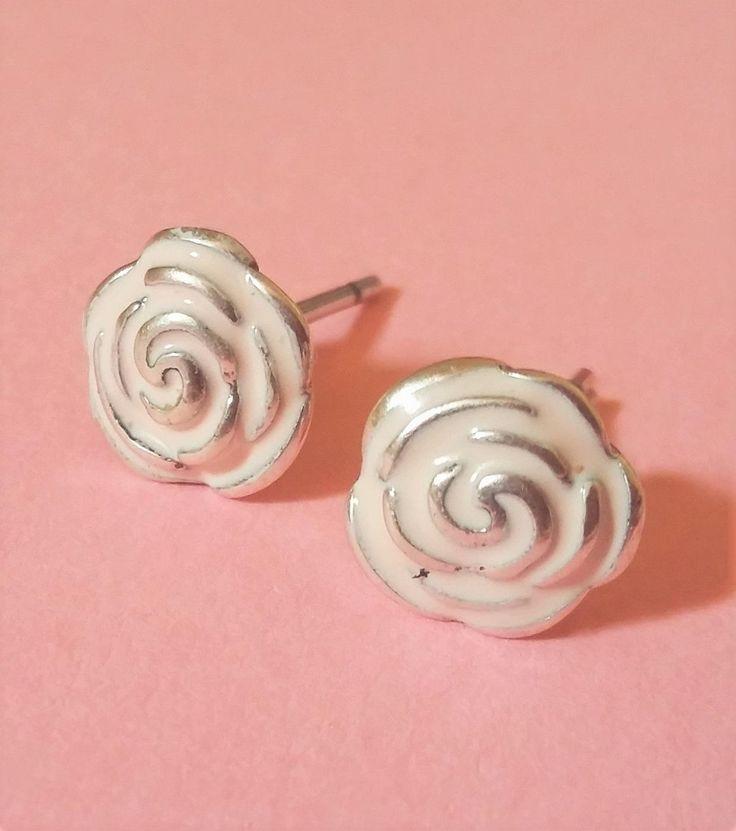 Pendientes de plata con forma de rosa esmaltada en tono rosado, ideales para niñas y para uso a diario. Medida 0,8 x 0,8 cm. 19,90€