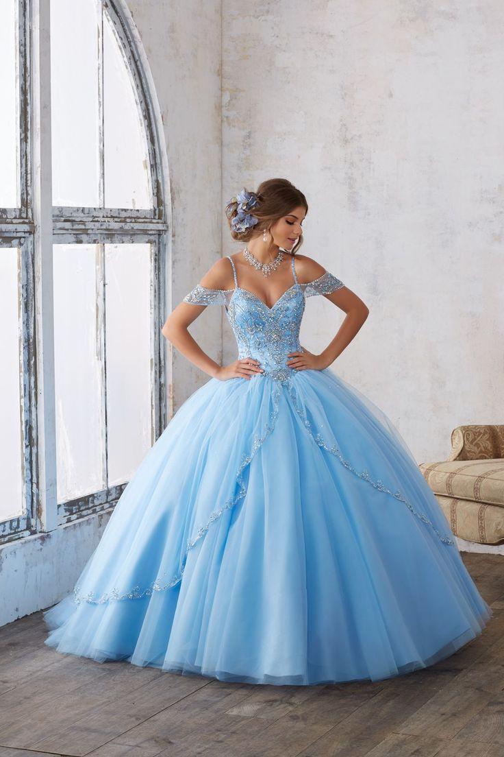 Wytworna balowa suknia z opadającymi ramiączkami VIZCAYA Piękna balowa suknia ze zdobioną kryształkami tiulową falbaną. Gorset wysadzany kryształkami i koralikami …
