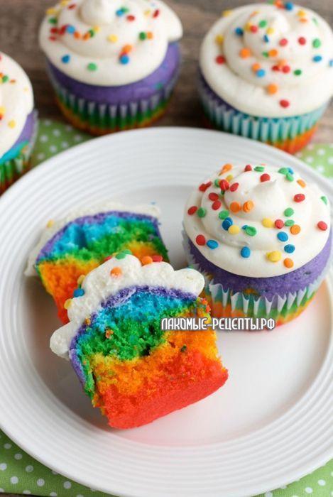 Радужные кексы со сливочной глазурью