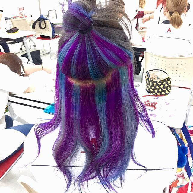 WEBSTA @ blue_monster1116 - だいぶプリンになってたからKEINで髪染めてきました🍭*上がグレーでインナーに青と紫入れてもらいました〜💇🏼💙💜縛ると派手派手になっちゃう🙃もうすぐ夏だしカラフルがいいや〜🌻🍉🏝🏄🏼♀️🏖🌺色合いが外国の超不味いグミとかアメにありそう🍬*#ヘアカラー #ヘアーマニキュア #美容学生 #カラフル #髪色 #マニパニ #インナーカラー #グレー #青 #紫