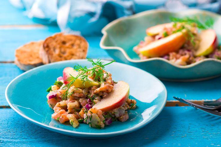 Apprenez comment faire une recette très simple de tartare au saumon garni de pomme rouge.