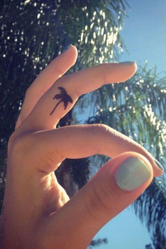 Tattoo-Motive - kleine Palme auf dem Finger. Noch mehr Tattoos zum Verlieben auf www.gofeminin.de/mode-beauty/album1152721/tattoo-motive-0.html#p3